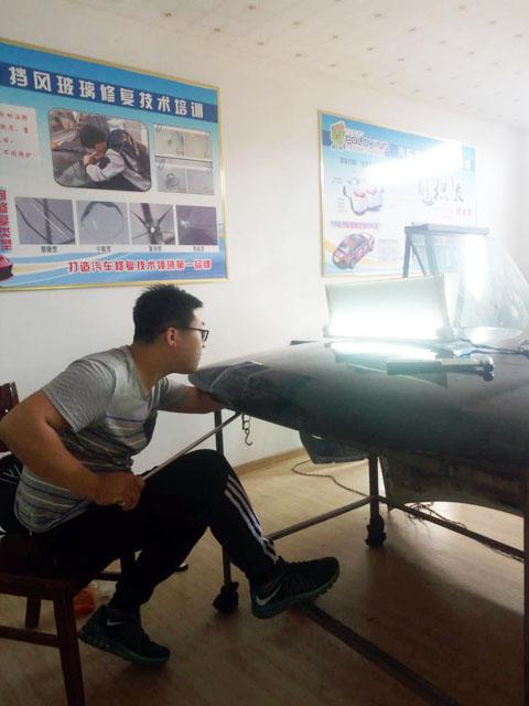 皇菠萝汽车凹陷修复学员在进行找点练习