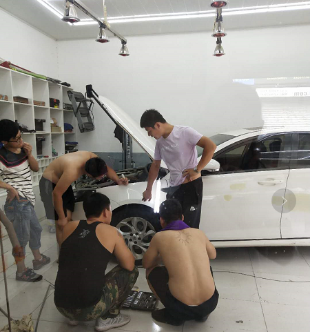 皇菠萝杨师傅在实车讲解凹陷修复技巧