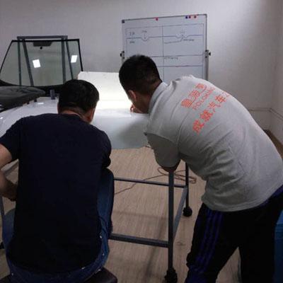 皇菠萝汽车凹陷修复师傅在为学员耐心讲解基础知识